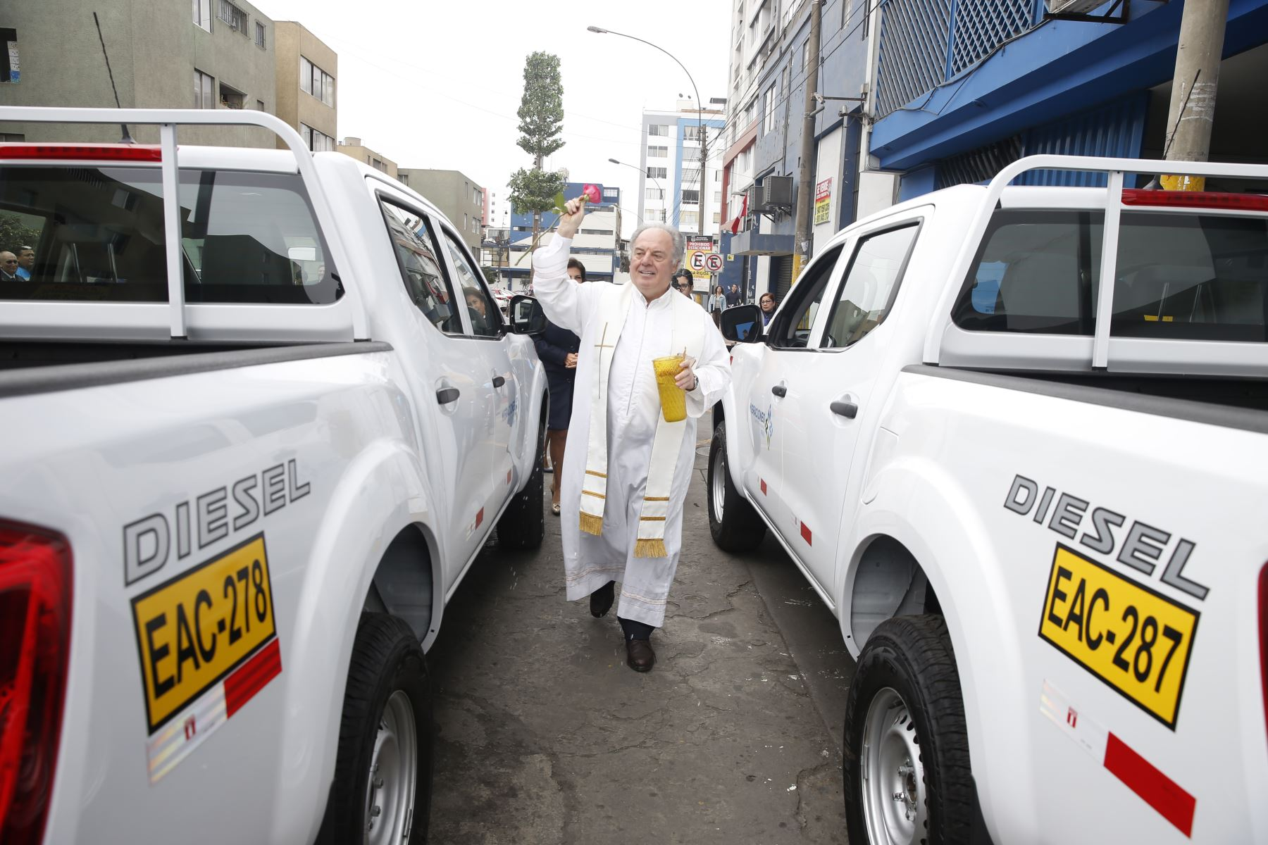 Migraciones adquiere dieciséis vehículos para fiscalización migratoria. Párroco bendijo flota vehícular. Foto: ANDINA/Renato Pajuelo