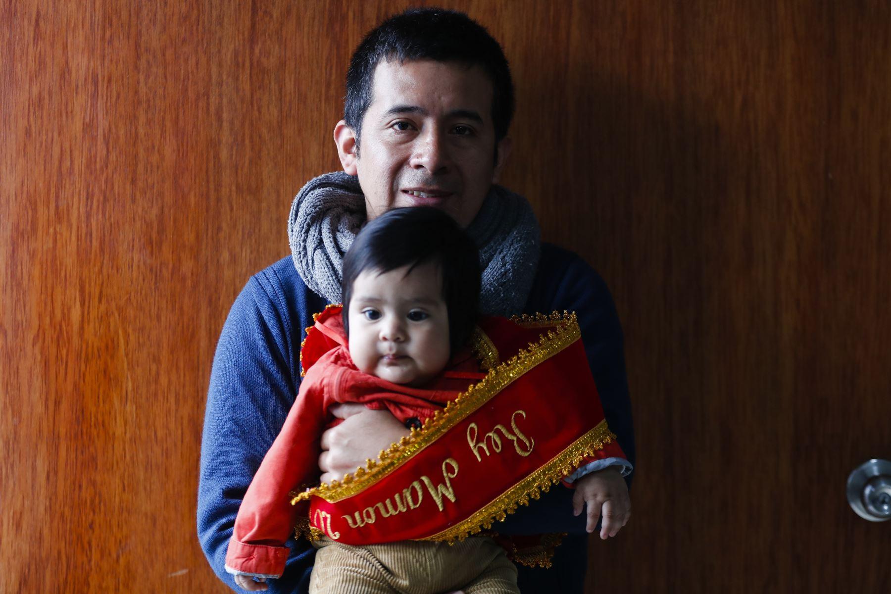 Sebastian uno de los ganadores con su padre. Foto: ANDINA/Josue Ramos