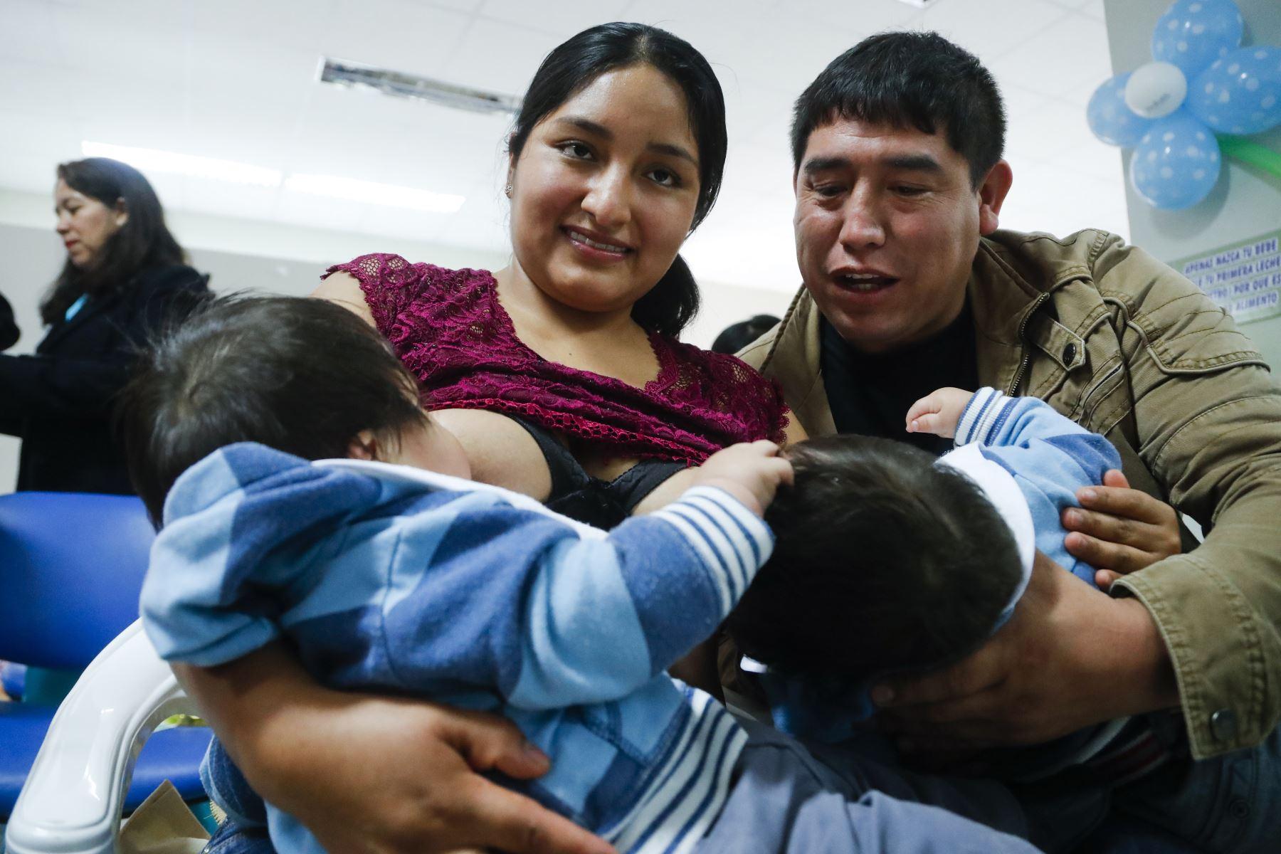 María Roque y Joe Quispe, padres de gemelos de 9 meses ganadores del rey mamoncito llamados Azan Joe Quispe Roque, Azel Joe Quispe Roque. Foto: ANDINA/Josue Ramos