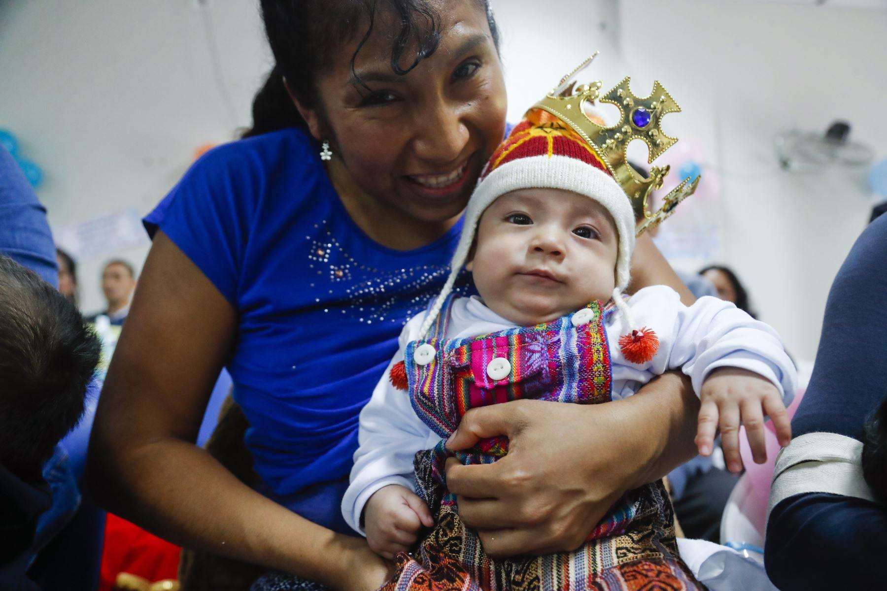 Marcelo Contretas López de 5 meses fue un con un traje llamativo a concursar junto a su mamita Ester López. Foto: ANDINA/Josue Ramos