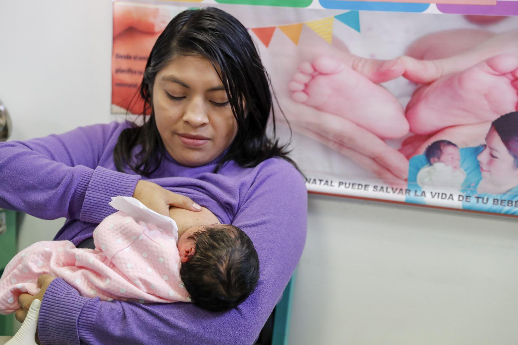"""La primera dama de la Nación, Maribel Díaz, participó en el lanzamiento de la Semana Nacional de la Lactancia Materna, realizado en el Centro de Salud Materno Infantil Perú – Corea """"Santa Luzmila II"""", ubicado en el distrito de Comas. Foto: ANDINA/Prensa Presidencia"""