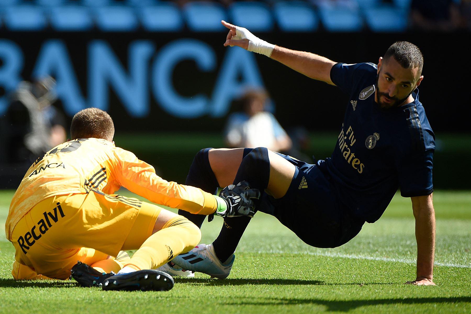 El delantero francés del Real Madrid Karim Benzema celebra después de marcar un gol al arquero español del Celta Vigo Rubén Blanco Veiga (L) durante el partido de fútbol de la Liga española entre el Celta Vigo y el Real Madrid. Foto: AFP