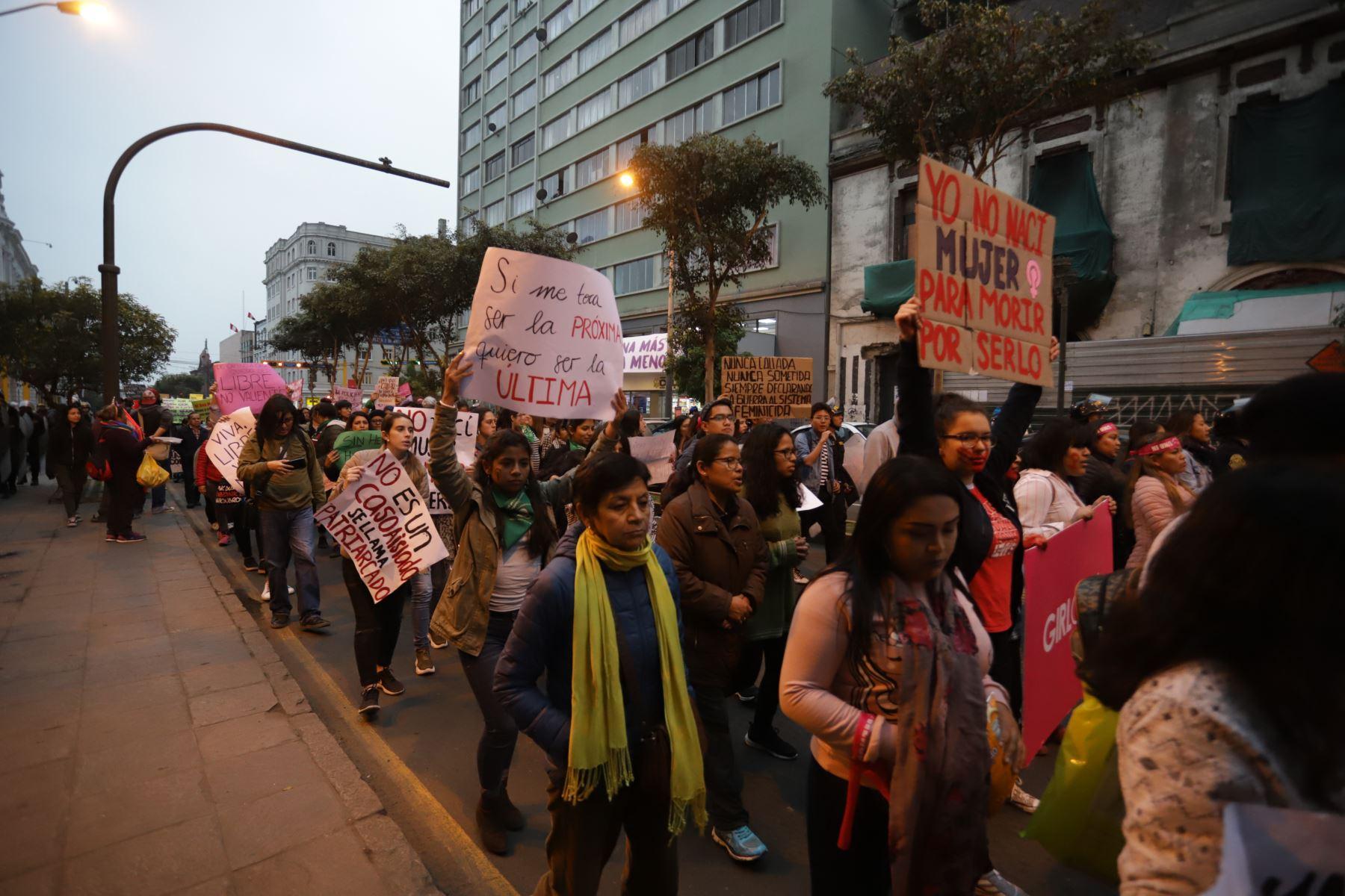 """La ministra de la Mujer,Gloria Montenegro y diversas organizaciones de mujeres del país participan, en la cuarta marcha denominada """"Por Mujeres Libres de Violencia"""" organizado por el colectivo"""