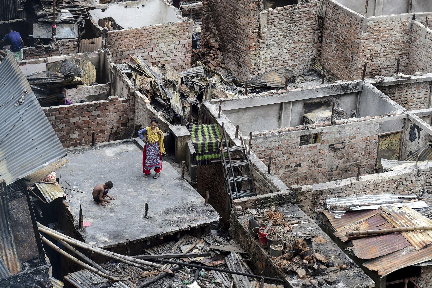 Un niño juega en el techo de una casa quemada en un barrio pobre de Dhaka  después de que un incendio  en el vecindario de Mirpur. Al menos 10,000 personas están sin hogar después de que un incendio masivo arrasó un barrio pobre lleno de gente en la capital de Bangladesh. Foto: AFP