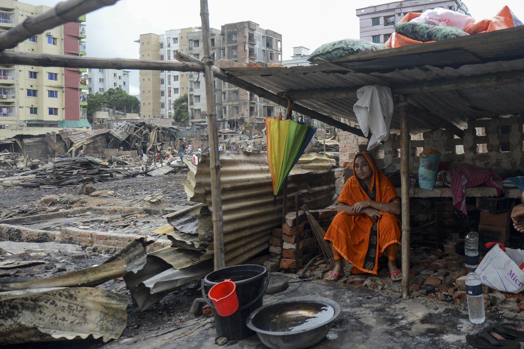 Un residente descansa en un refugio temporal en un barrio pobre en Dhaka  después de que un incendio estalló  en el vecindario de Mirpur. Al menos 10,000 personas están sin hogar después de que un incendio masivo arrasó un barrio pobre lleno de gente en la capital de Bangladesh. Foto: AFP