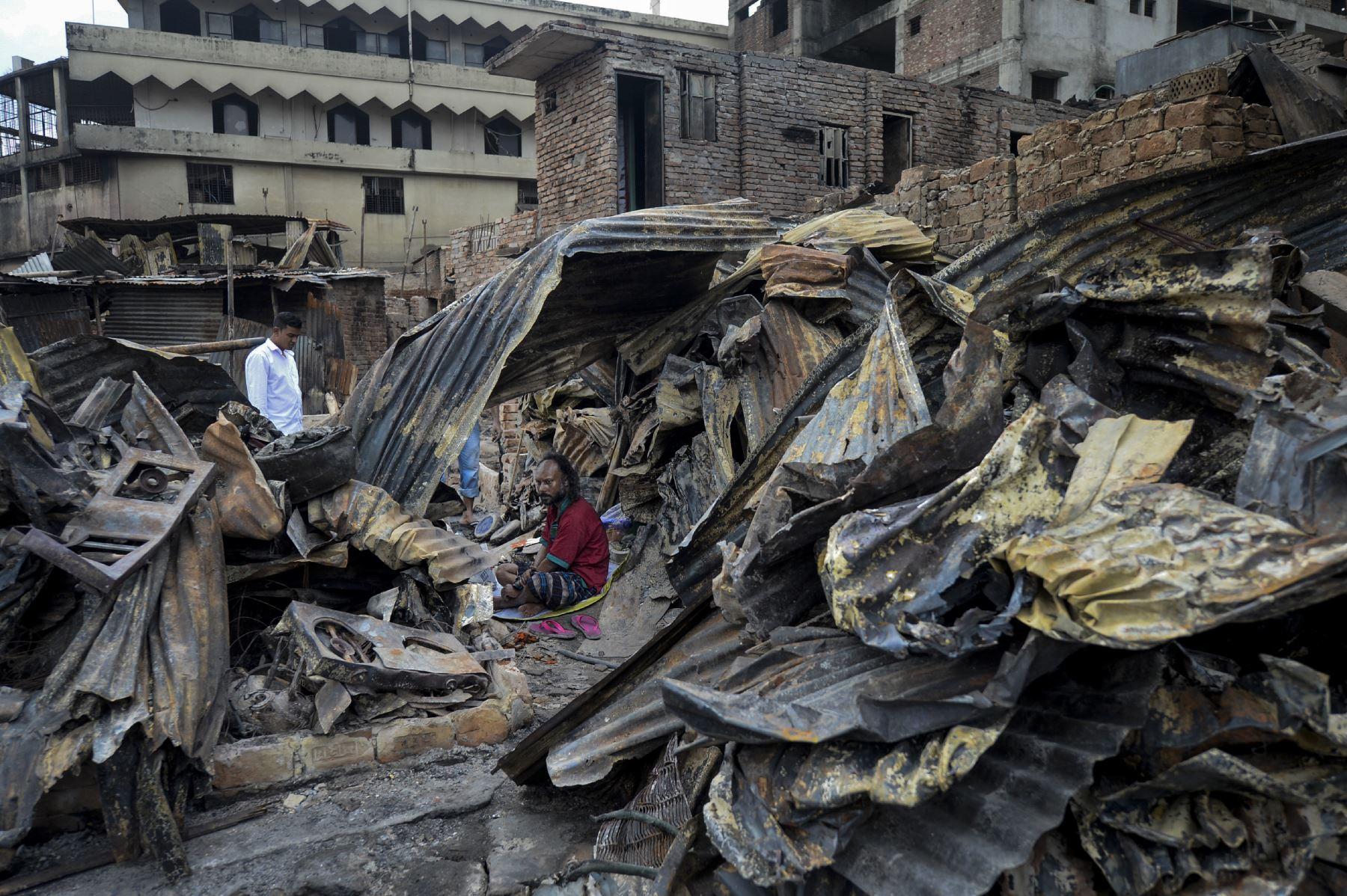 Un residente descansa en un refugio temporal en un barrio pobre en Dhaka, después de que un incendio estalló en  el vecindario de Mirpur en la capital Bangladesh. Foto: AFP