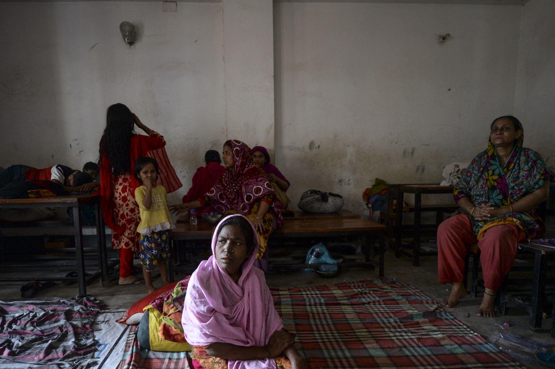 Los residentes de los barrios marginales descansan en una escuela como refugio temporal en Dhaka, después de que un incendio estalló  en un barrio marginal del barrio de Mirpur.  Foto. AFP