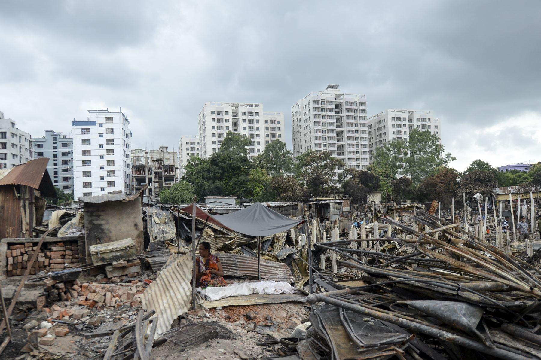 Un residente descansa en un refugio temporal en un barrio pobre en Dhaka, después de que un incendio estalló en el vecindario de Mirpur. Al menos 10,000 personas están sin hogar después de que un incendio masivo arrasó un barrio pobre lleno de gente en la capital de Bangladesh. Foto: AFP