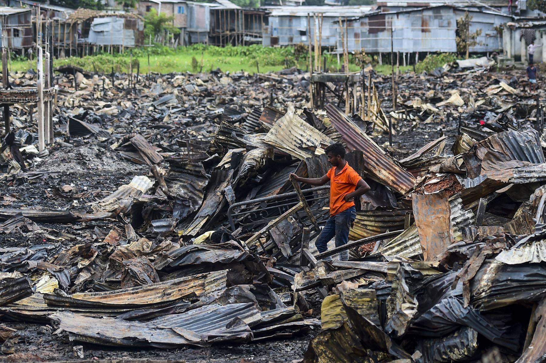 Los residentes buscan pertenencias domésticas en un barrio pobre en Dhaka , después de que se produjo un incendio  en el vecindario de Mirpur.  Foto. AFP