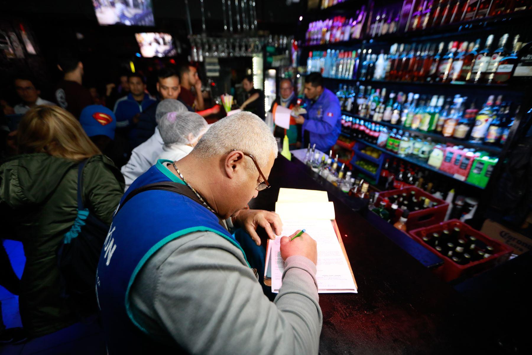 En operativo de fiscalización clausuran discotecas del Jirón de la Unión. Foto: Andina/FDifusión