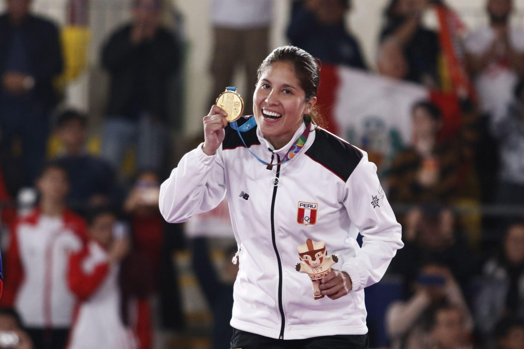 Alexandra Grande de Perú (oro) durante la ceremonia de medallas para la competencia de Karate Femenino por debajo de 61 kg en el Polideportivo Villa El Salvador en los Juegos Panamericanos Lima 2019.  Foto: Lima 2019
