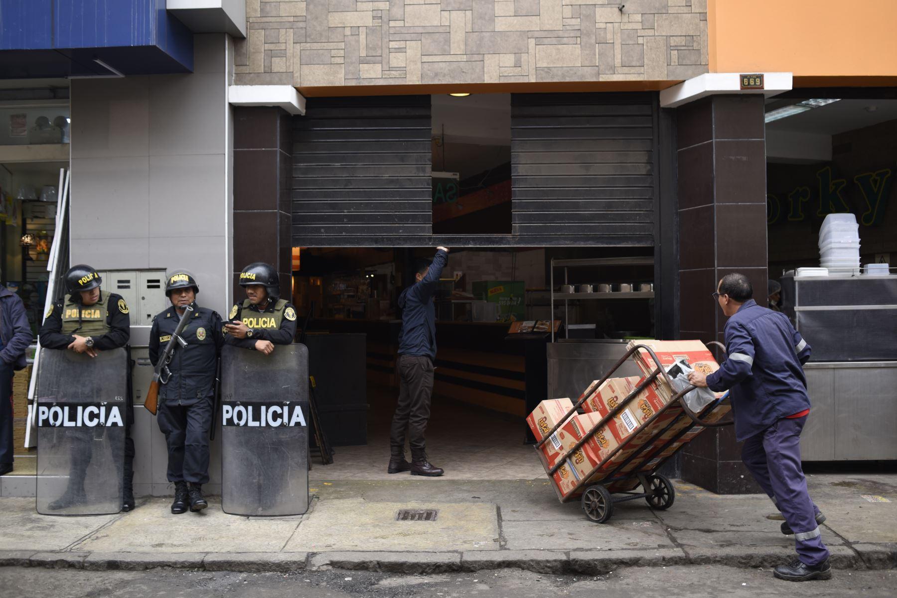 Municipalidad de Lima en coordinación con la Policía Nacional, retiran a ambulantes informales de Mesa Redonda entre las cuadras 5 y 6 del Jirón Puno Foto: ANDINA/César Fajardo