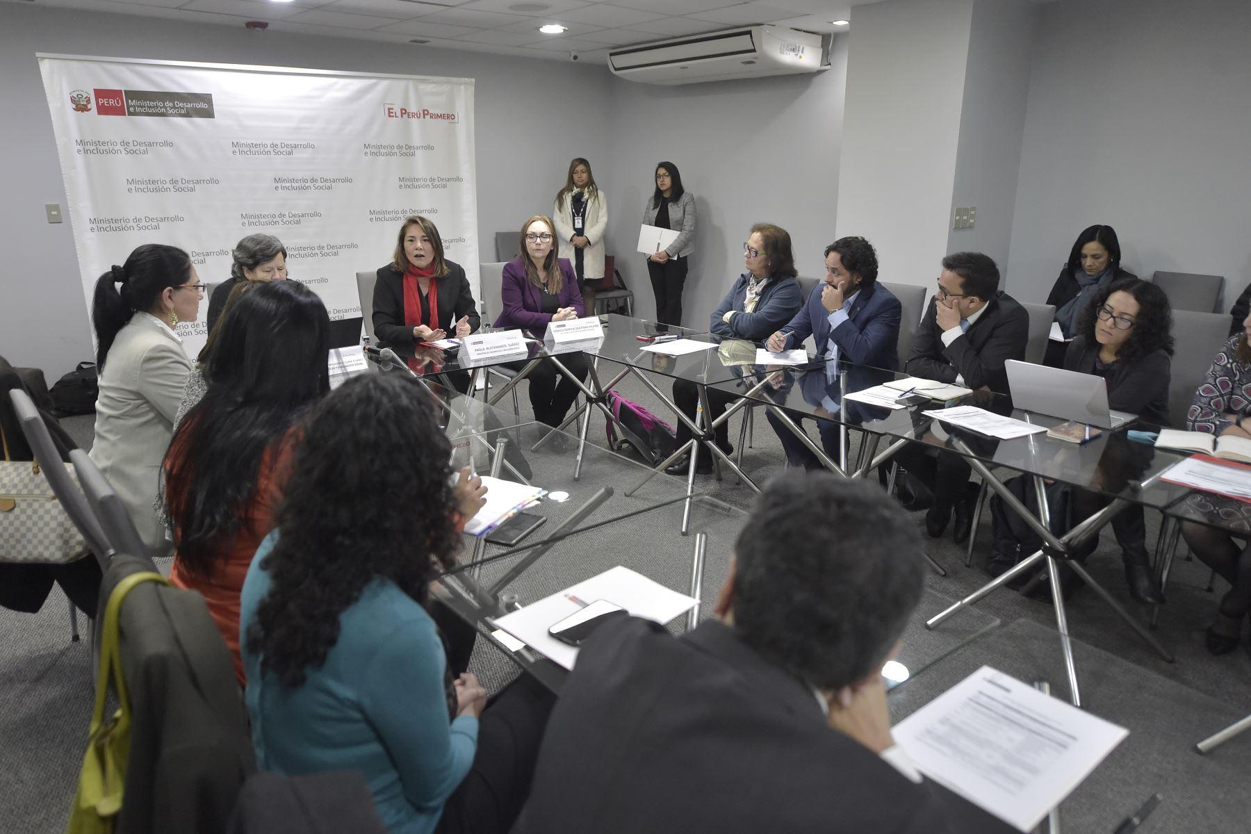 Ministra de Inclusión social, Paola Bustamante comparte la experiencia en políticas sociales con autoridades del Ecuador que ha permitido reducir de manera importante los indices de desnutrición crónica infantil. Foto: ANDINA/ José Sotomayor
