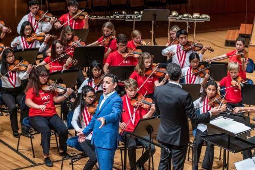 Juan Diego Flórez se presenta orgulloso junto a los niños y jóvenes de Sinfonía por el Perú.