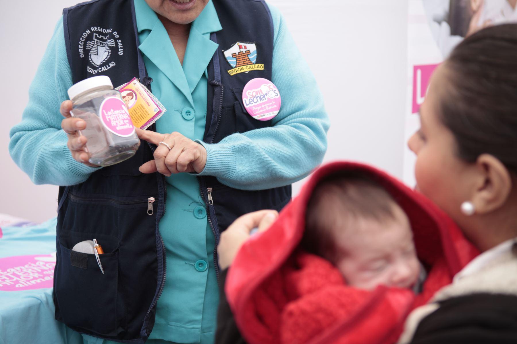 Feria de cuidados preventivos, en el marco de la Semana de la Lactancia Materna. Una enfermera explica la manera correcta de almacenar leche materna. Servicio de consejería a fin de promover la lactancia y sus beneficios. Además se brindo orientación sobre alimentos nutritivos para los bebés. Estuvo presente el viceministro de Salud, Neptalí Santillán Ruiz. Foto: ANDINA/Miguel Mejía Castro