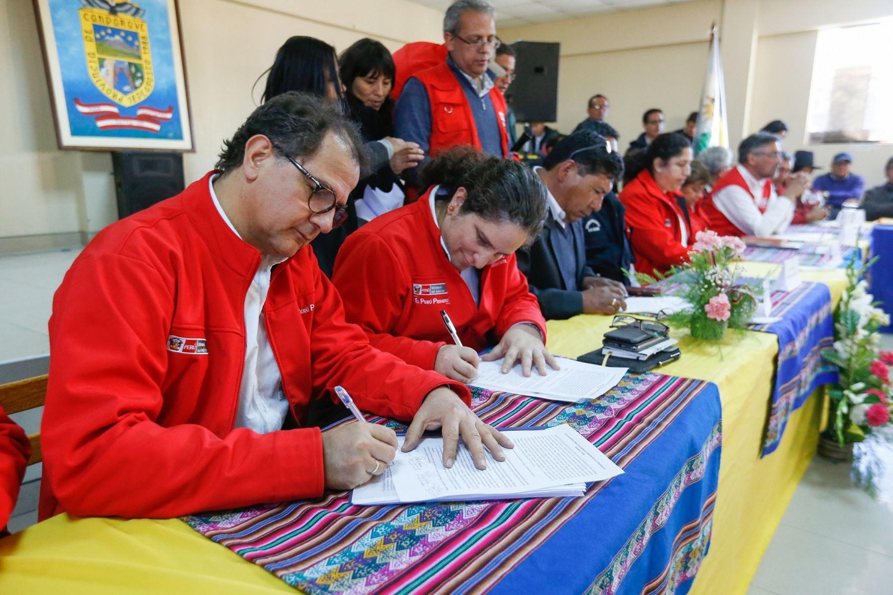 Ministro de Energía y Minas, Francisco Ísmodes, participa en instalación de Mesa de Diálogo en Candarave, Tacna. Foto: Cortesía.