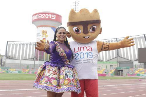 Dina Páucar posa orgullosa de estar en la fiesta del Culturaymi junto a Milco.