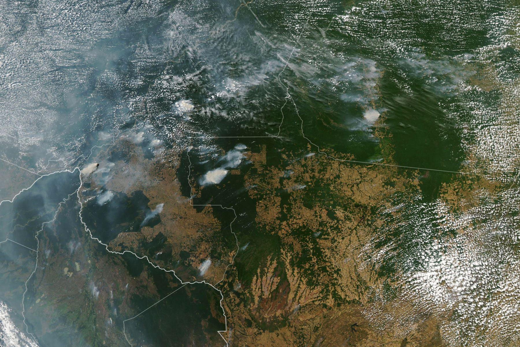 Esta imagen del Observatorio de la Tierra de la NASA, capturada por el Espectrorradiómetro de Imágenes de Resolución Moderada (MODIS) en el satélite Aqua de la NASA, muestra varios incendios en los estados brasileños de Amazonas (arriba CL), Para (arriba R), Mato Grosso ( abajo R) y Rondonia (abajo C) el 11 de agosto de 2019, mientras que Bolivia aparece en la parte inferior izquierda de la imagen..Foto:AFP