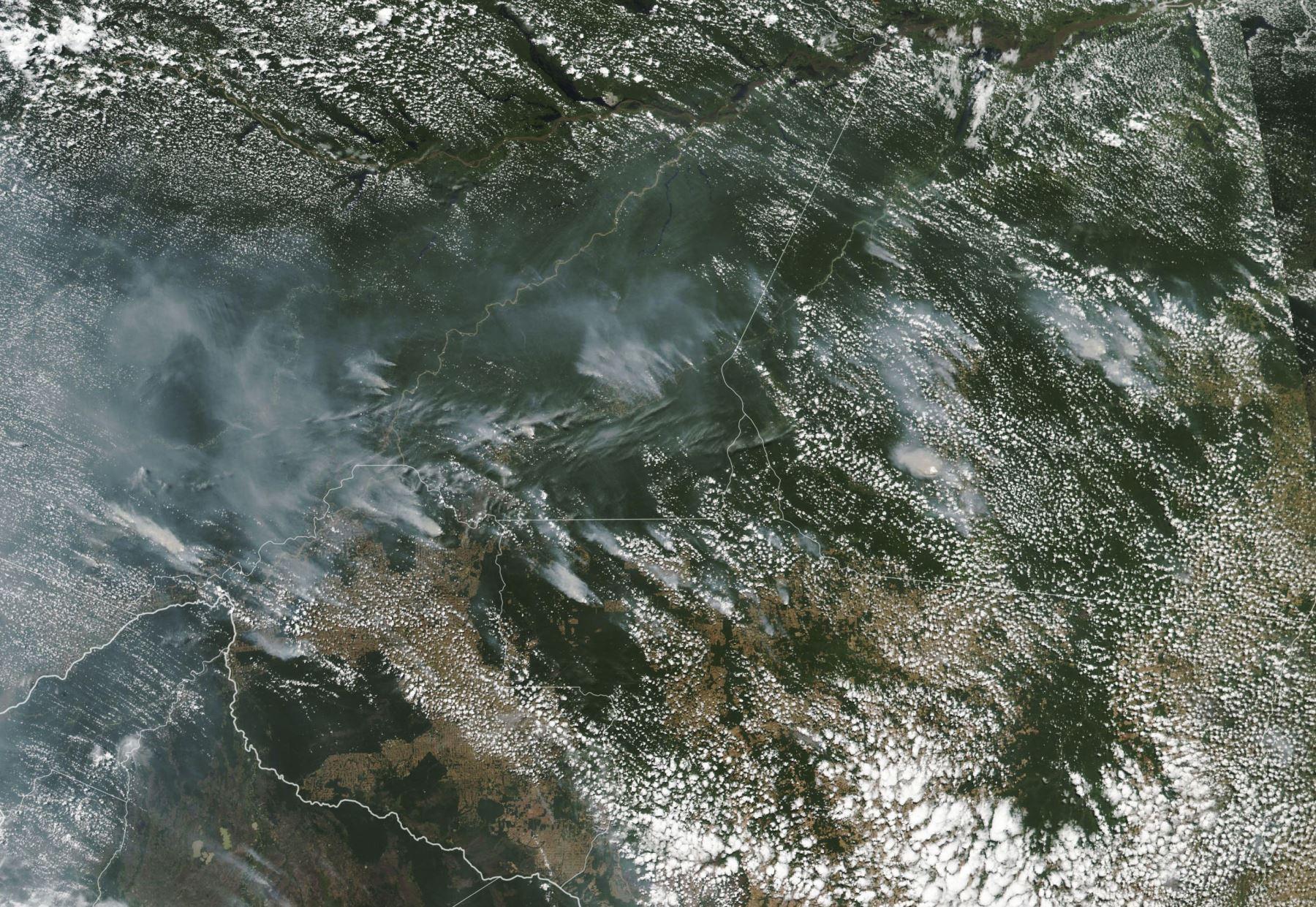 Esta imagen del Observatorio de la Tierra de la NASA obtenida el 21 de agosto de 2019, capturada por el Espectrorradiómetro de Imágenes de Resolución Moderada (MODIS) en el satélite Aqua de la NASA, muestra varios incendios en los estados brasileños de Amazonas (arriba CL), Para (arriba R), Mato Grosso ( abajo R) y Rondonia (abajo C) el 11 de agosto de 2019, mientras que Bolivia aparece en la parte inferior izquierda de la imagen.Foto:AFP