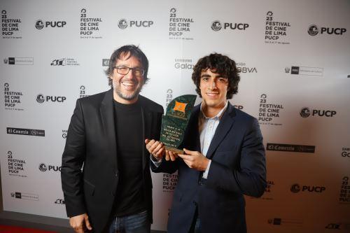 Cineasta Daniel Vega y actor Jorge Guerra recibiendo premio de Apreci a mejor película del Festival de Lima.