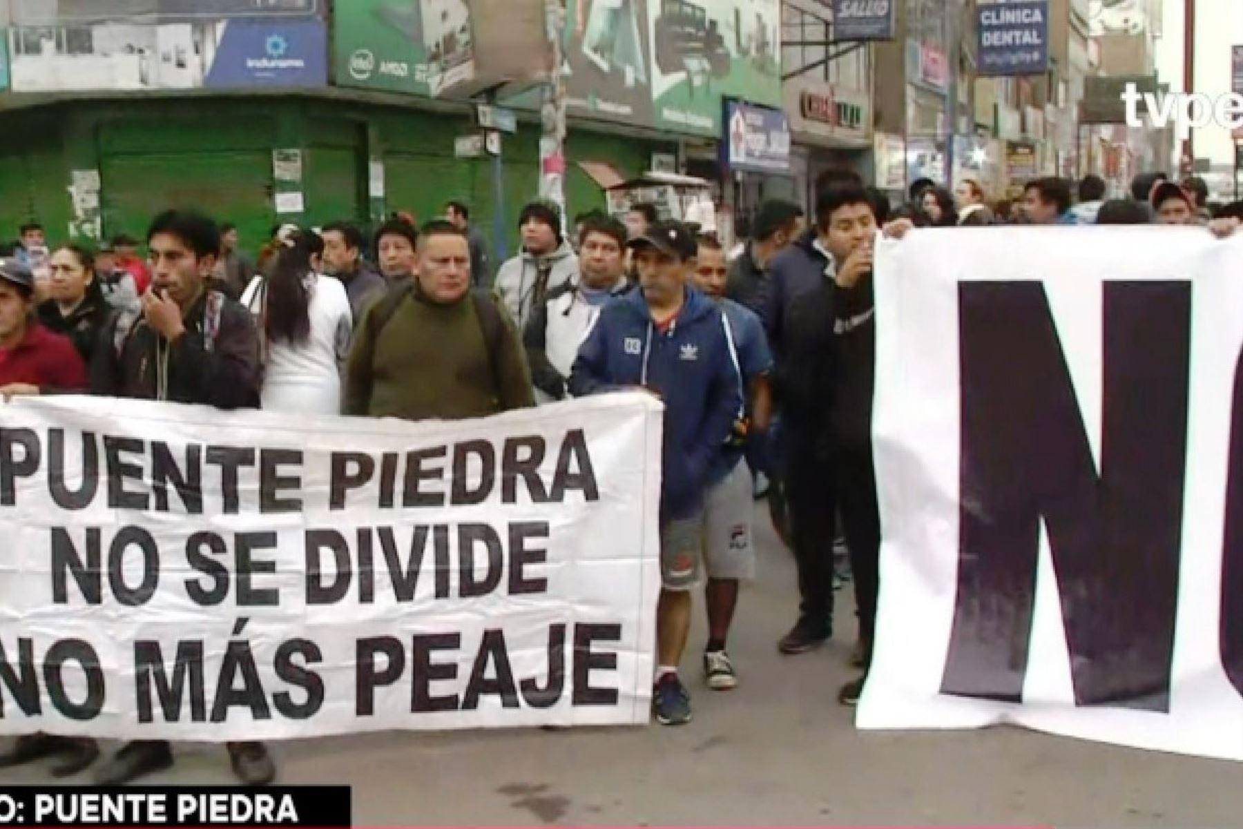 Peaje: pobladores de Puente Piedra obstruyen la Panamericana Norte. Foto: ANDINA/captura TV.