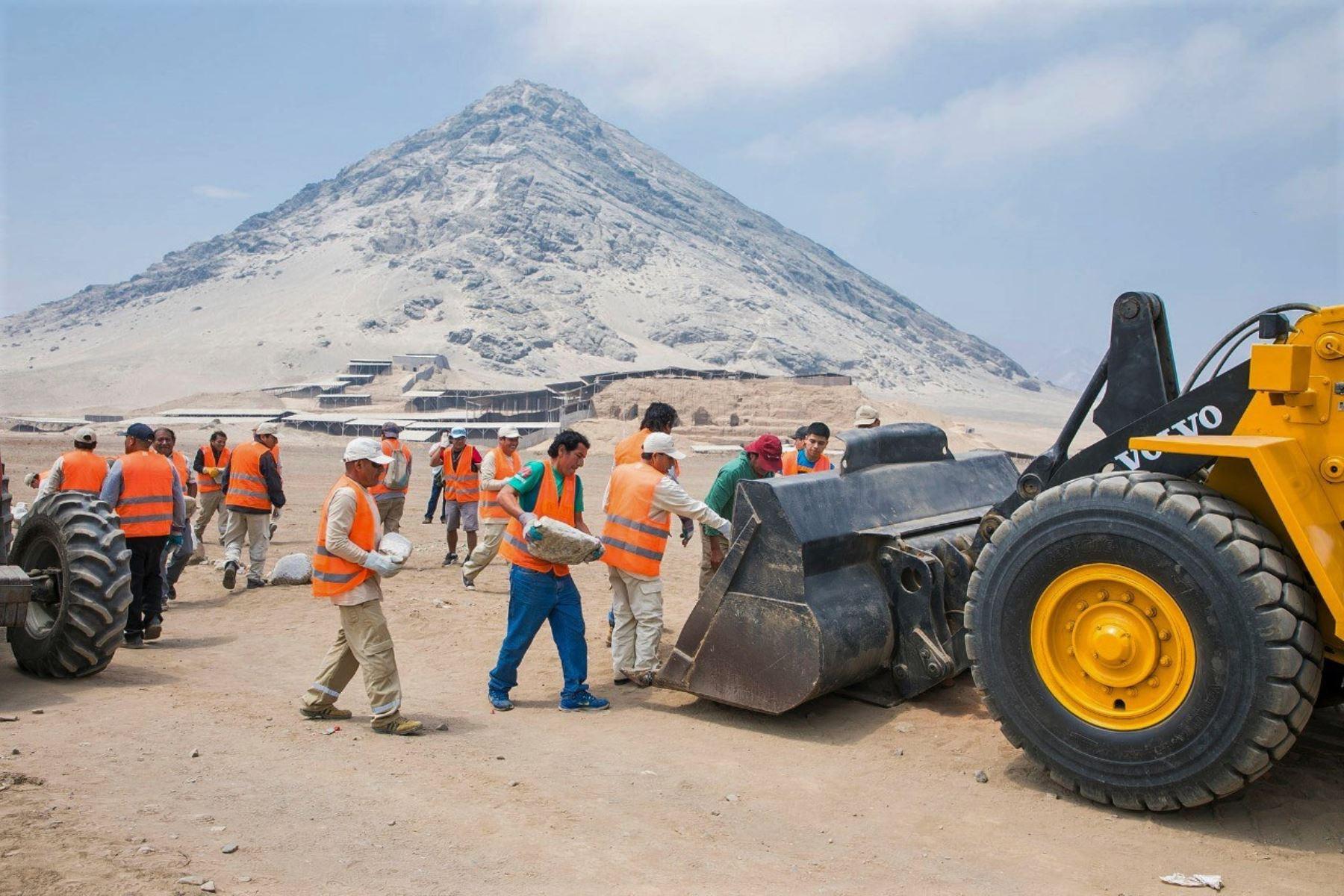 Autoridades de Cultura de La Libertad retiran piedras que dividían a las huacas del Sol y la Luna para habilitar una vía ilegal. ANDINA/Difusión