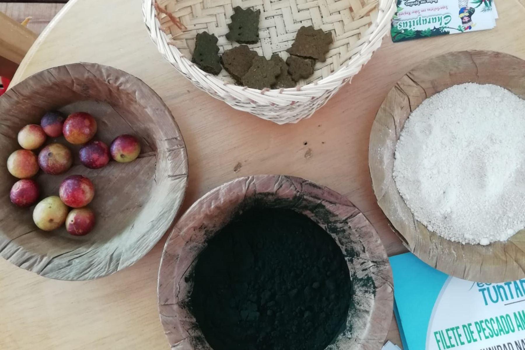 La Facultad de Industrias Alimentarias de la Universidad Nacional de la Amazonía Peruana produce galletas para combatir la desnutrición sobre la base de espirulina (polvo verde), camu camu y macambo. Foto: Difusión