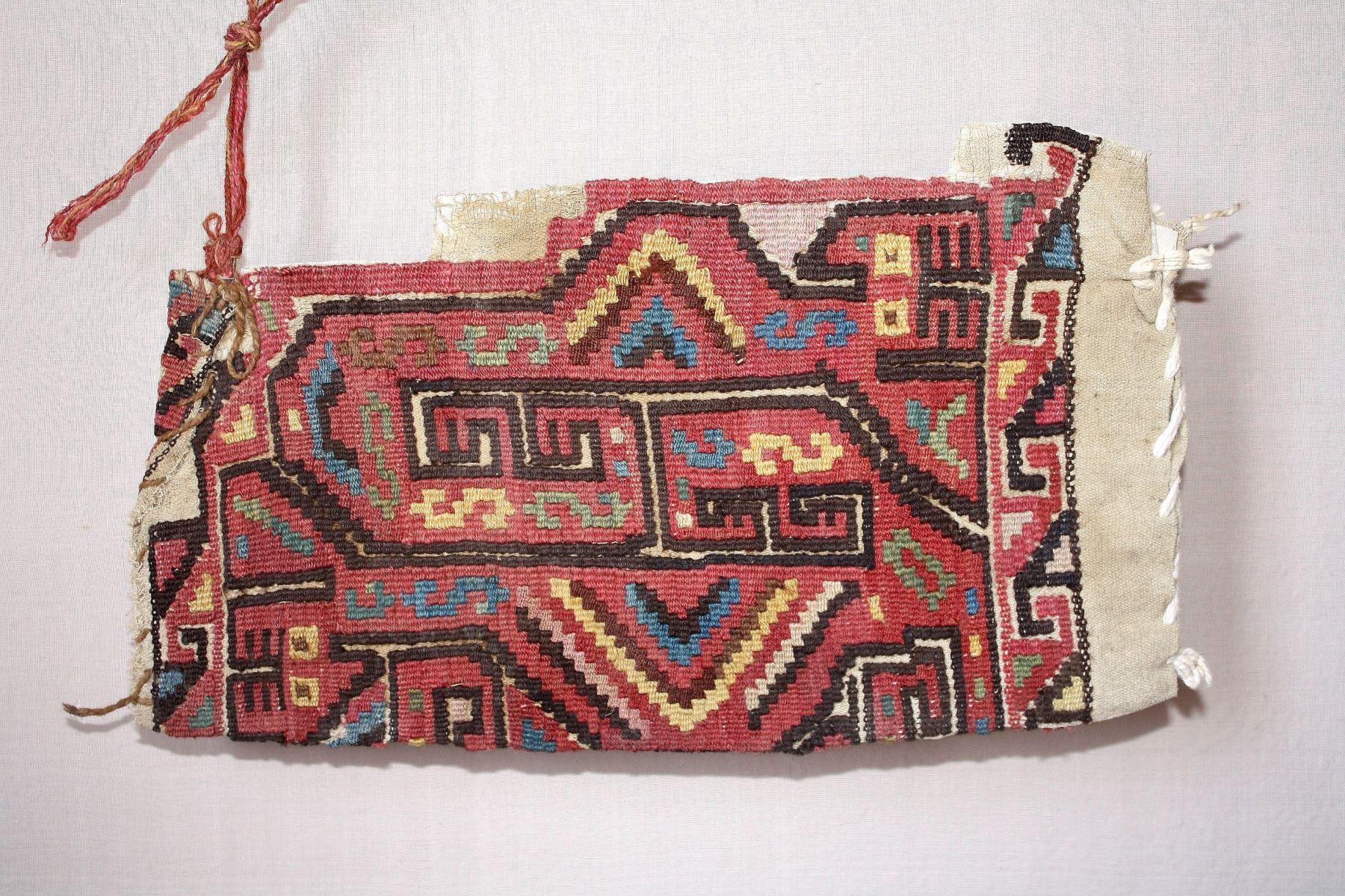 Bolsa de tapiz de la cultura Wari hallada en la huaca Malena, de Asia, Cañete.