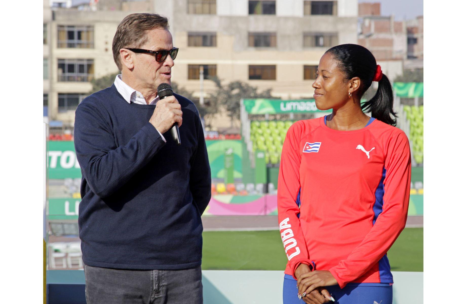 Una de las estrellas del movimiento paralímpico y la paratleta más veloz del mundo, la cubana Omara Durand, estampo  sus manos en una placa de cemento, expuesta en el paseo de la fama de la Videna. Foto:ANDINA/ LIMA 2019