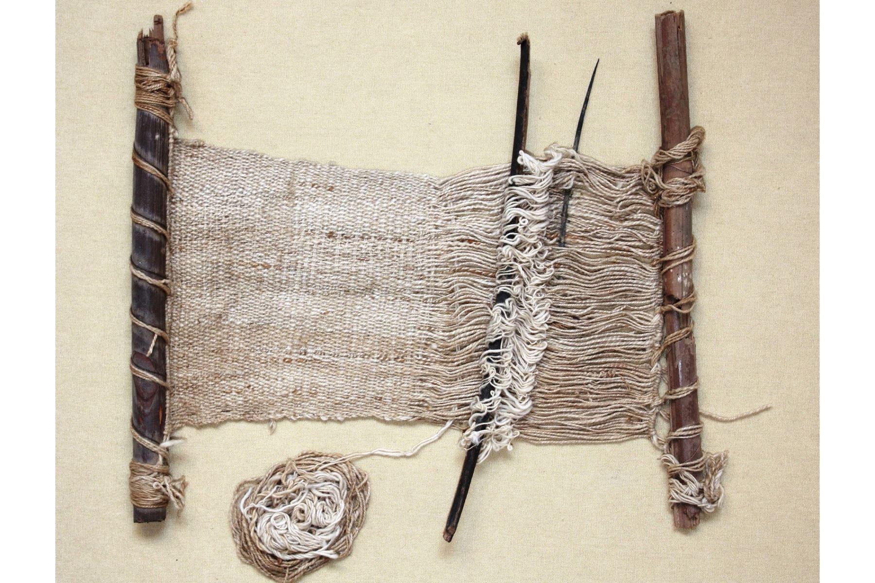 Tejidos con finos acabados y miniaturas de la cultura Wari son hallados en contextos funerarios en la huaca Malena de Asia.Foto: ANDINA/Rommel Angeles