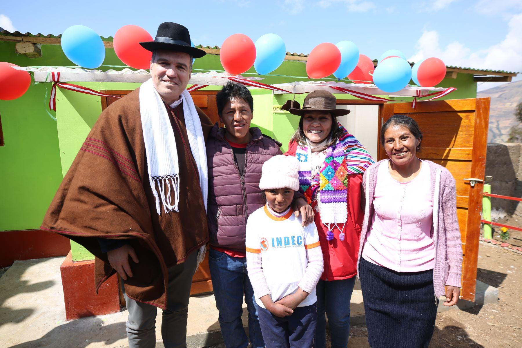 Presidente del Consejo de Ministros, Salvador del Solar y Ministra del Midis Paola Bustamante, entregaron casas calientes en la región Huancavelica. Foto: ANDINA/PCM