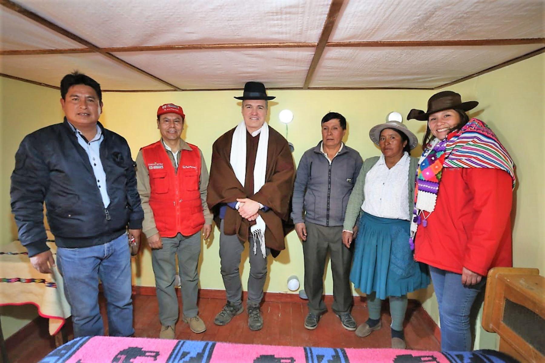 Ministros entregaron viviendas térmicas a pobladores de zonas alto andinas.