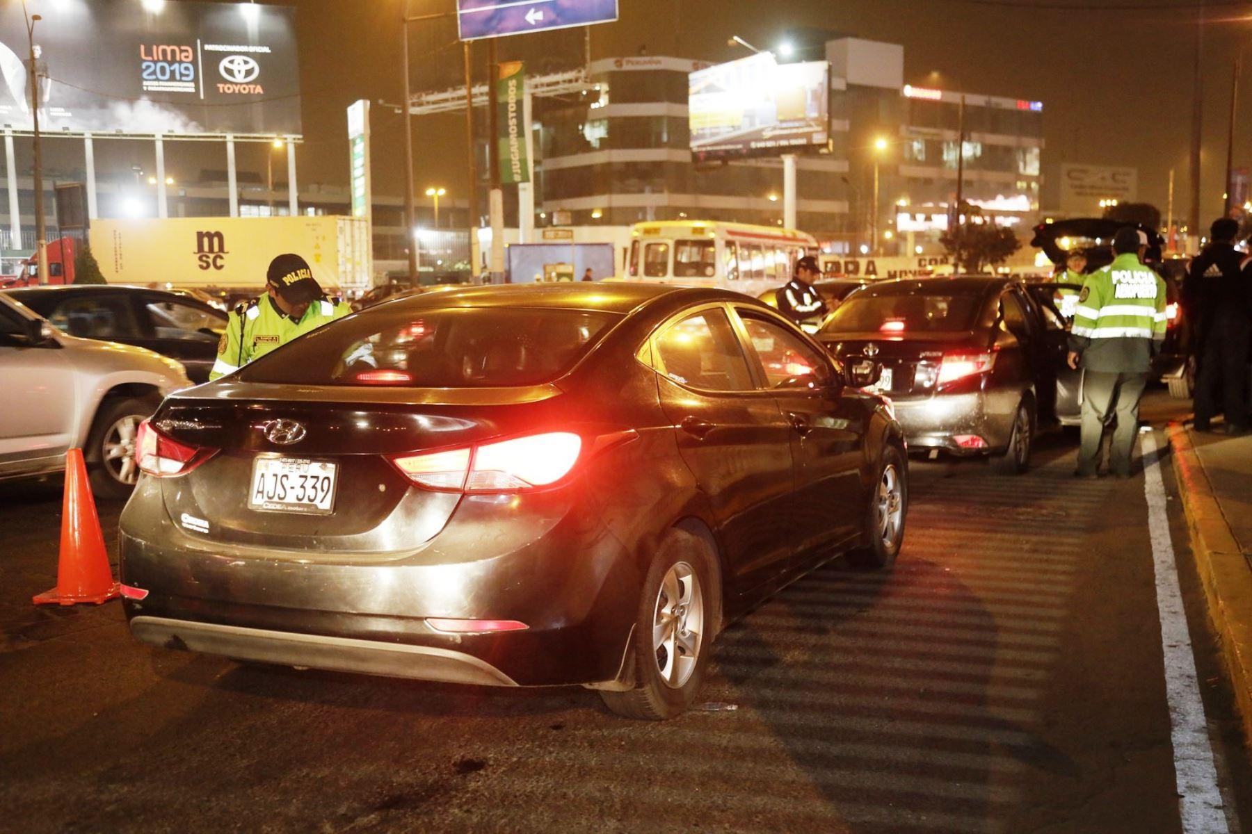 Aeropuerto Jorge Chávez: intervienen 70 vehículos y llevan al depósito 11 taxis informales. Foto: ANDINA/Difusión.