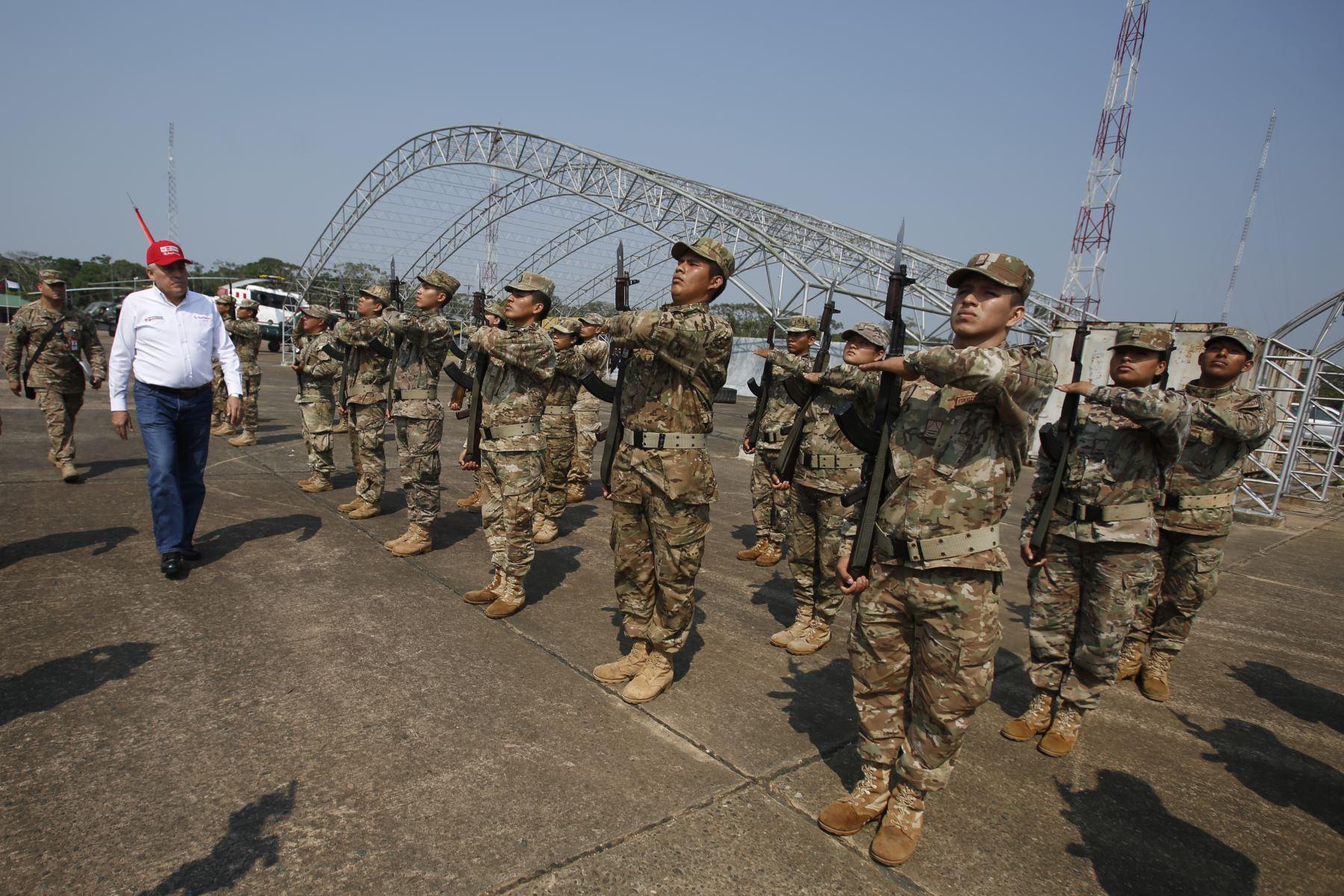 Ministro de Defensa, Jorge Moscoso, llega a la base aérea de Madre de Dios. Foto: ANDINA/Renato Pajuelo