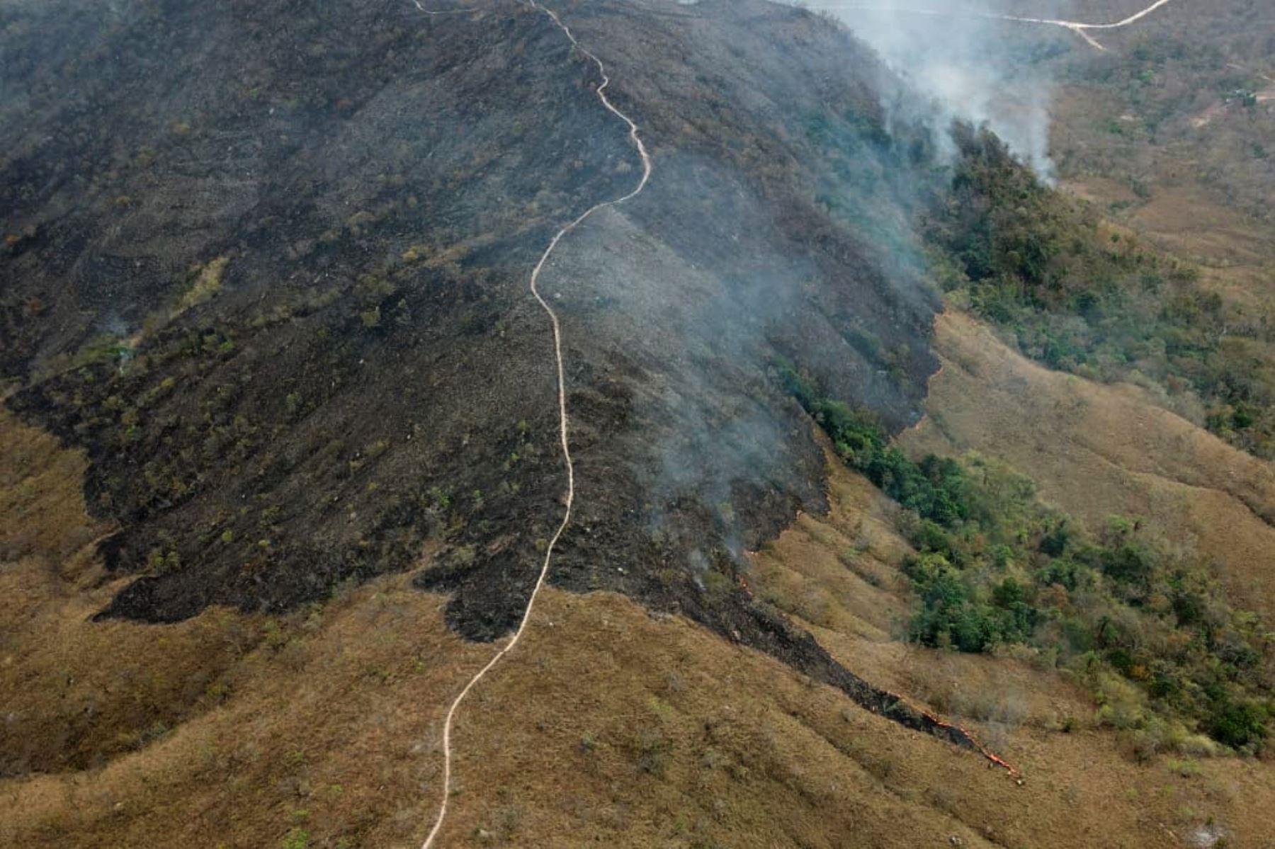 Fotografía aérea publicado por el Departamento de Bomberos de Mato Grosso que muestra áreas quemadas de tierra en las colinas del municipio de Chadapa dos Guimaraes en el estado de Mato Grosso, en el centro-oeste de Brasil, el 23 de agosto de 2019. AFP