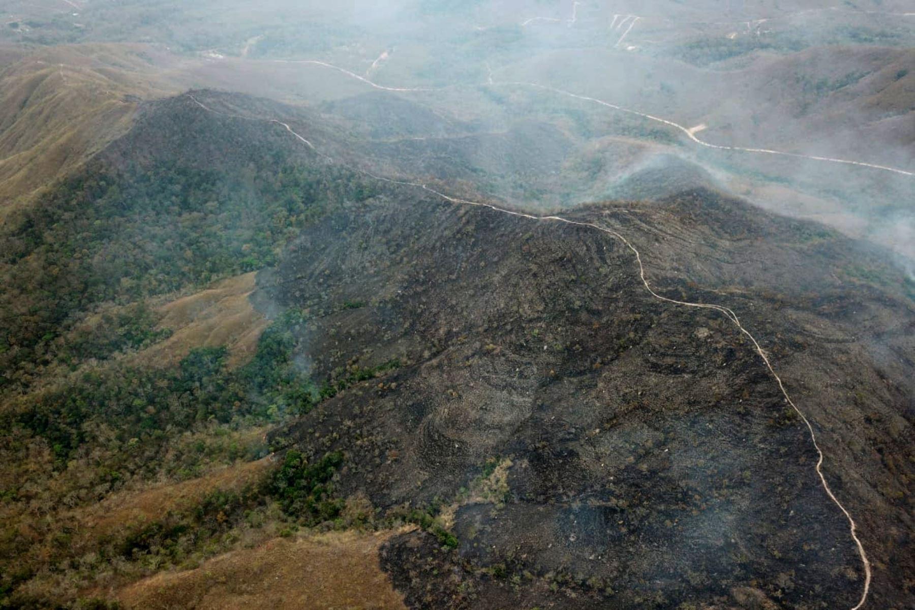Fotografía aérea publicado por el Departamento de Bomberos de Mato Grosso que muestra áreas quemadas de tierra en las colinas del municipio de Chadapa dos Guimaraes en el estado de Mato Grosso, en el centro-oeste de Brasil, el 23 de agosto de 2019.AFP
