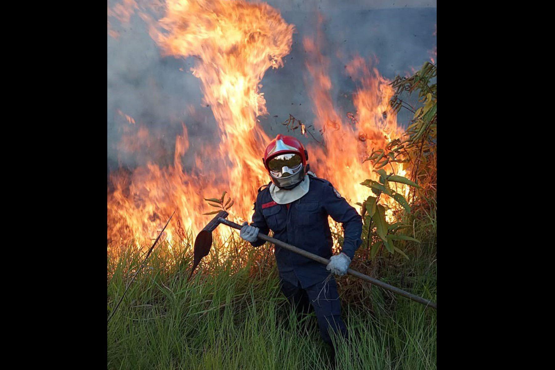 Fotografía del 17 de agosto de 2019 cedida por Bomberos de Río Blanco que muestra el combate contra el incendio en la ciudad de Rio Blanco, capital del estado amazónico Acre (Brasil). EFE