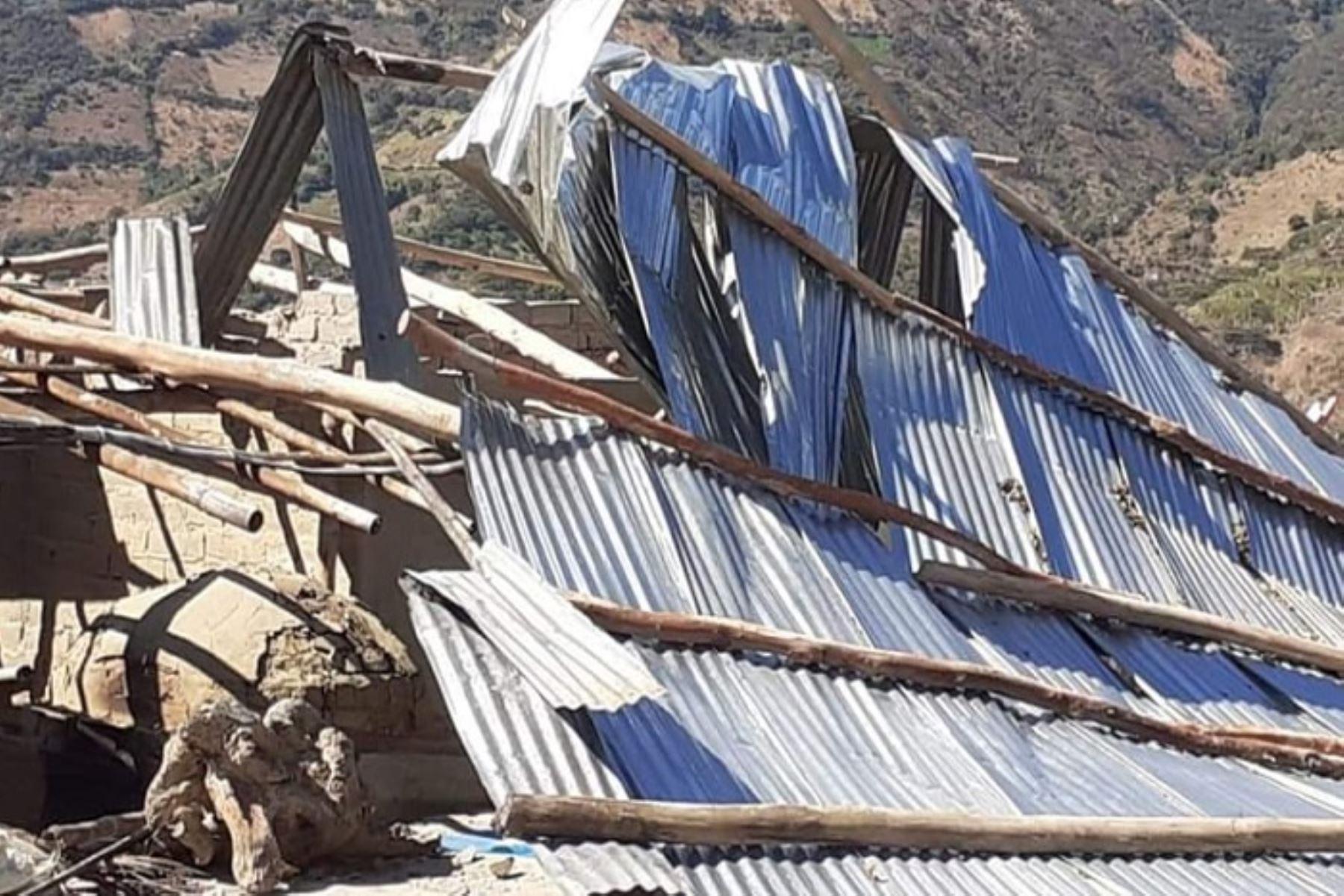 Vientos fuertes y moderados levantaron los techos de rústicas viviendas en dos distritos de las regiones de Piura y Huánuco, informó el Servicio Nacional de Meteorología e Hidrología (Senamhi).