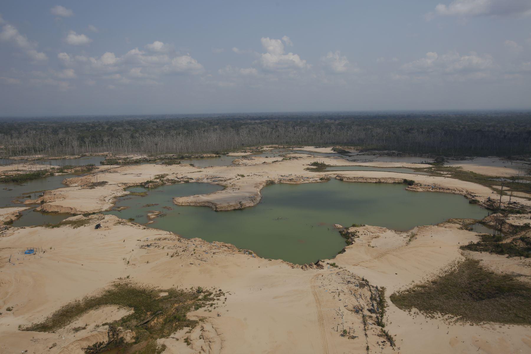 Ministro de Defensa, Jorge Moscoso, sobrevuela  La Pampa al cumplirse más de 6 meses del Plan Integral contra la minería ilegal. Foto: ANDINA/Renato Pajuelo