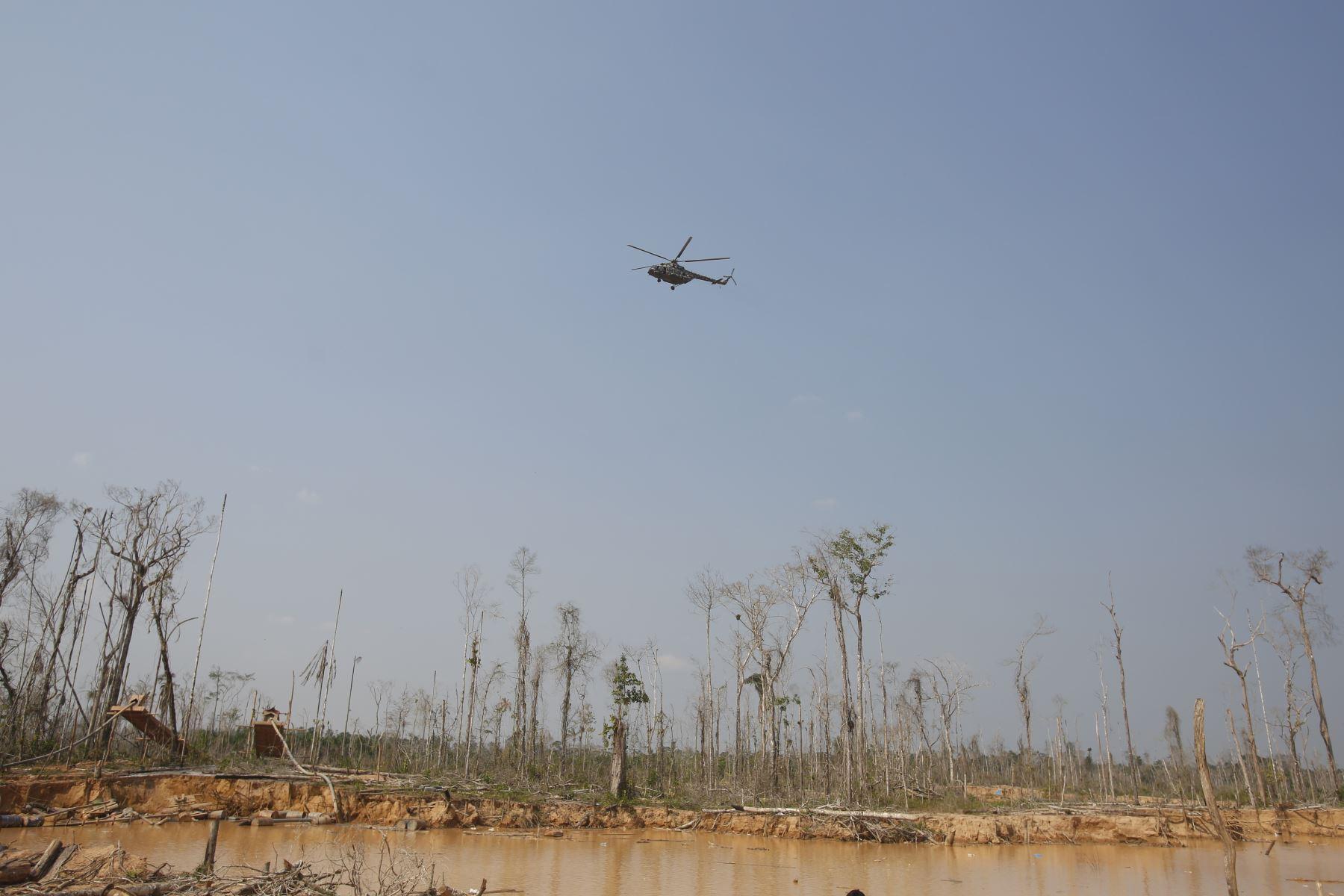 Ministro de Defensa, Jorge Moscoso inspecciona La Pampa a  6 meses del inicio del Plan Nacional contra la Minería Ilegal. Foto: ANDINA/Renato Pajuelo