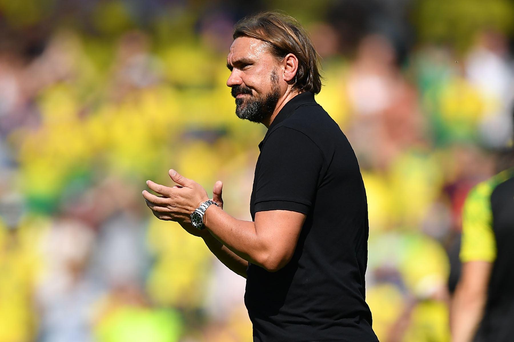 El entrenador alemán de Norwich City, Daniel Farke, aplaude a los seguidores en el campo después del partido de fútbol de la Premier League inglesa entre Norwich City y Chelsea. Foto: AFP