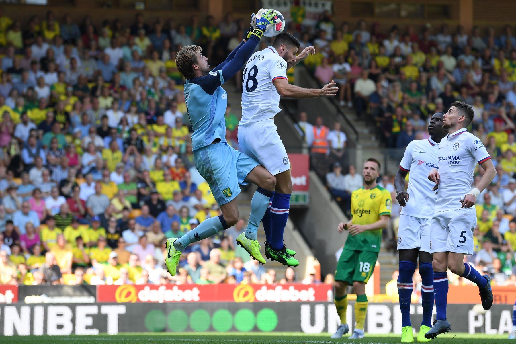 El delantero francés del Chelsea Olivier Giroud (C) comete una falta sobre el portero holandés de Norwich City Tim Krul (L) durante el partido de fútbol de la Premier League inglesa entre Norwich City y Chelsea. Foto.AFP