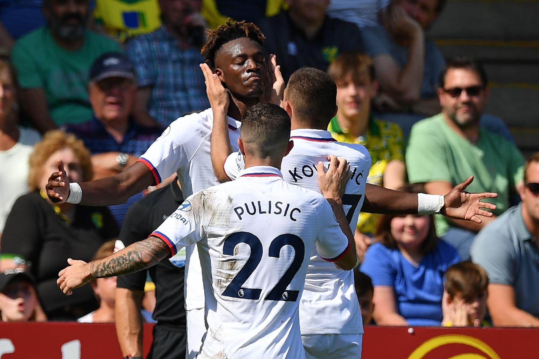 El delantero inglés del Chelsea, Tammy Abraham (C), celebra con sus compañeros de equipo después de marcar su segundo gol, el tercero del Chelsea durante el partido de fútbol de la Premier League inglesa entre Norwich City y Chelsea. Foto: AFP