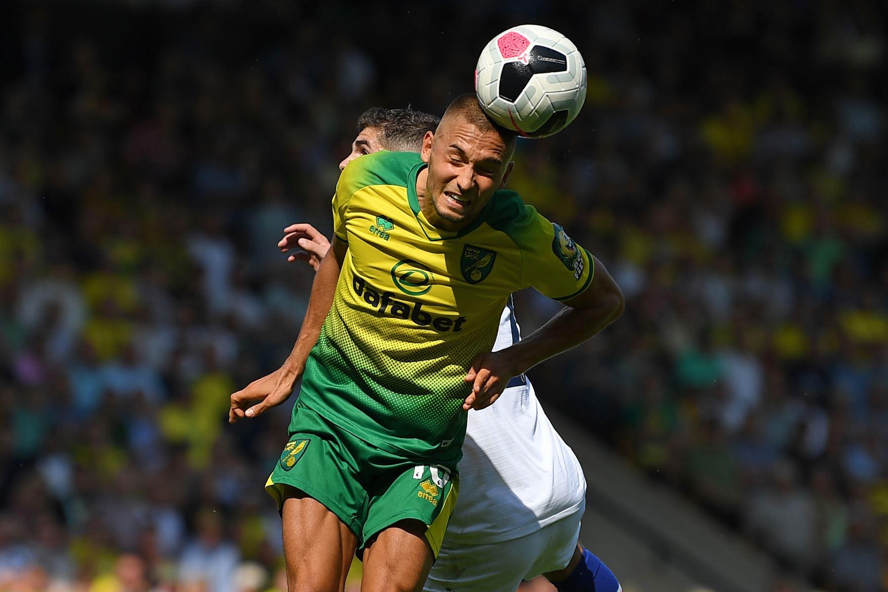 El centrocampista alemán de Norwich City Moritz Leitner gana un cabezazo bajo la presión del centrocampista estadounidense Chelsea Pulisic durante el partido de fútbol de la Premier League inglesa entre Norwich City y Chelsea. Foto: AFP
