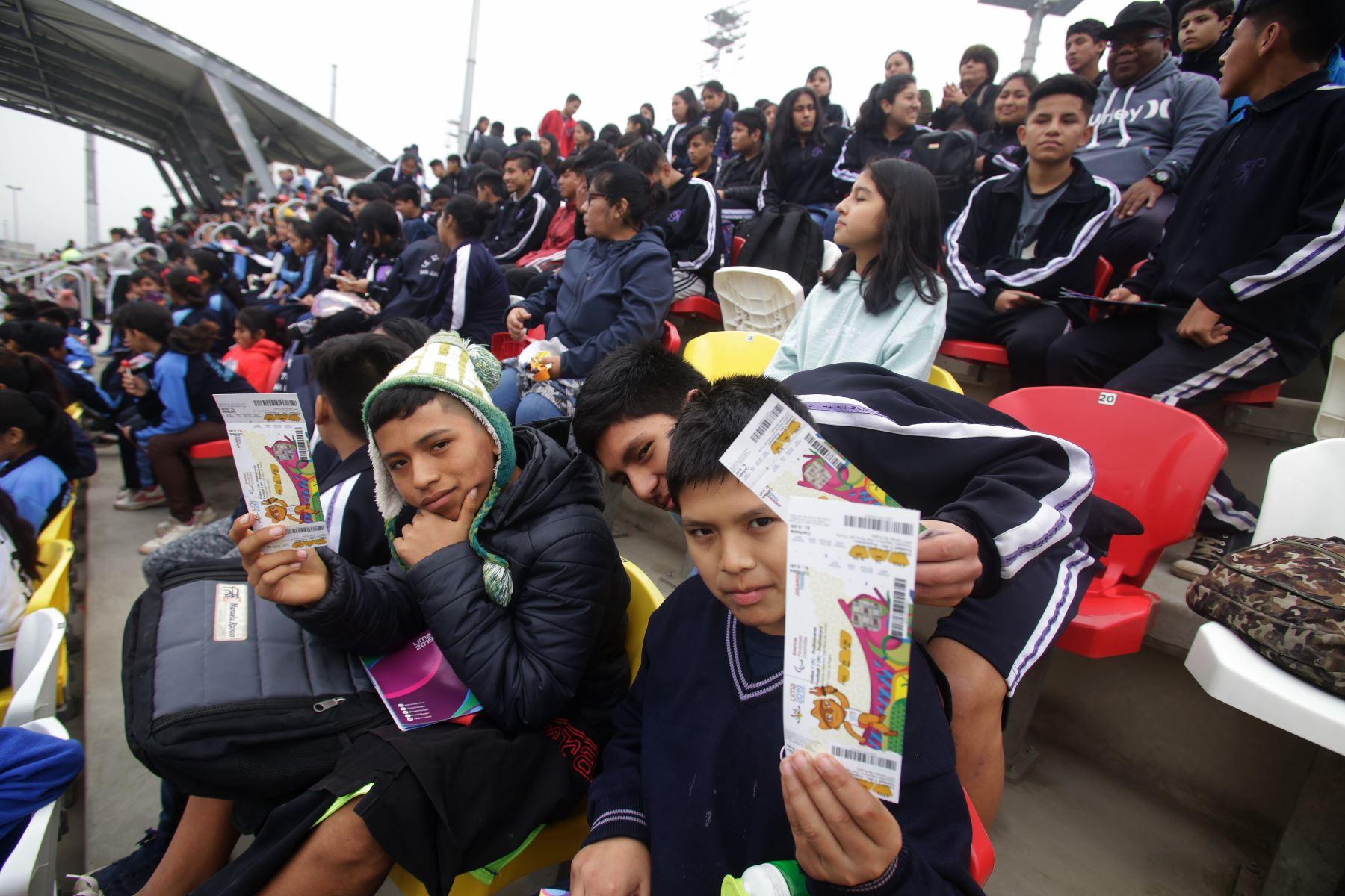 Institución Educativa Nazareno asistió el partido de Futbol 7 entre Perú vs. Brasil en Villa Maria del Triunfo. Foto: ANDINA/ Lima 2019
