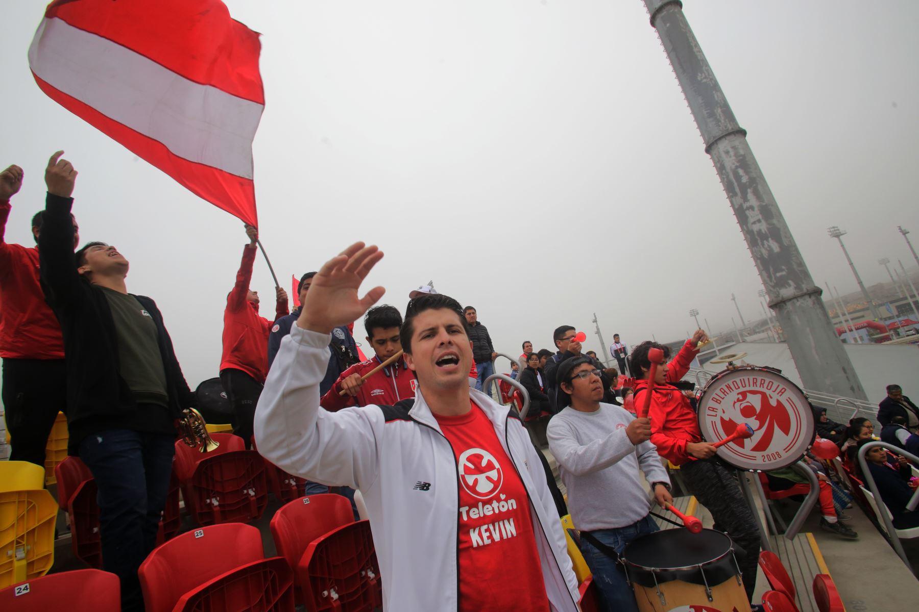 Campeón de Fronton , Kevin Martinez alienta a la selección peruana  de Futbol 7  en Villa Maria del Triunfo. Foto: ANDINA/ Lima 2019