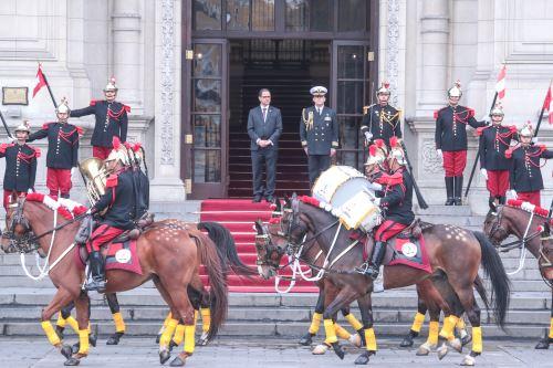 Ministro de Ministerio de Energía y Minas preside el  Cambio de Guardia en el Patio de Honor de Palacio de Gobierno