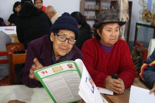 Miles de adultos mayores siguen estudios gracias a programas del Minedu. Foto: Andina/Difusión