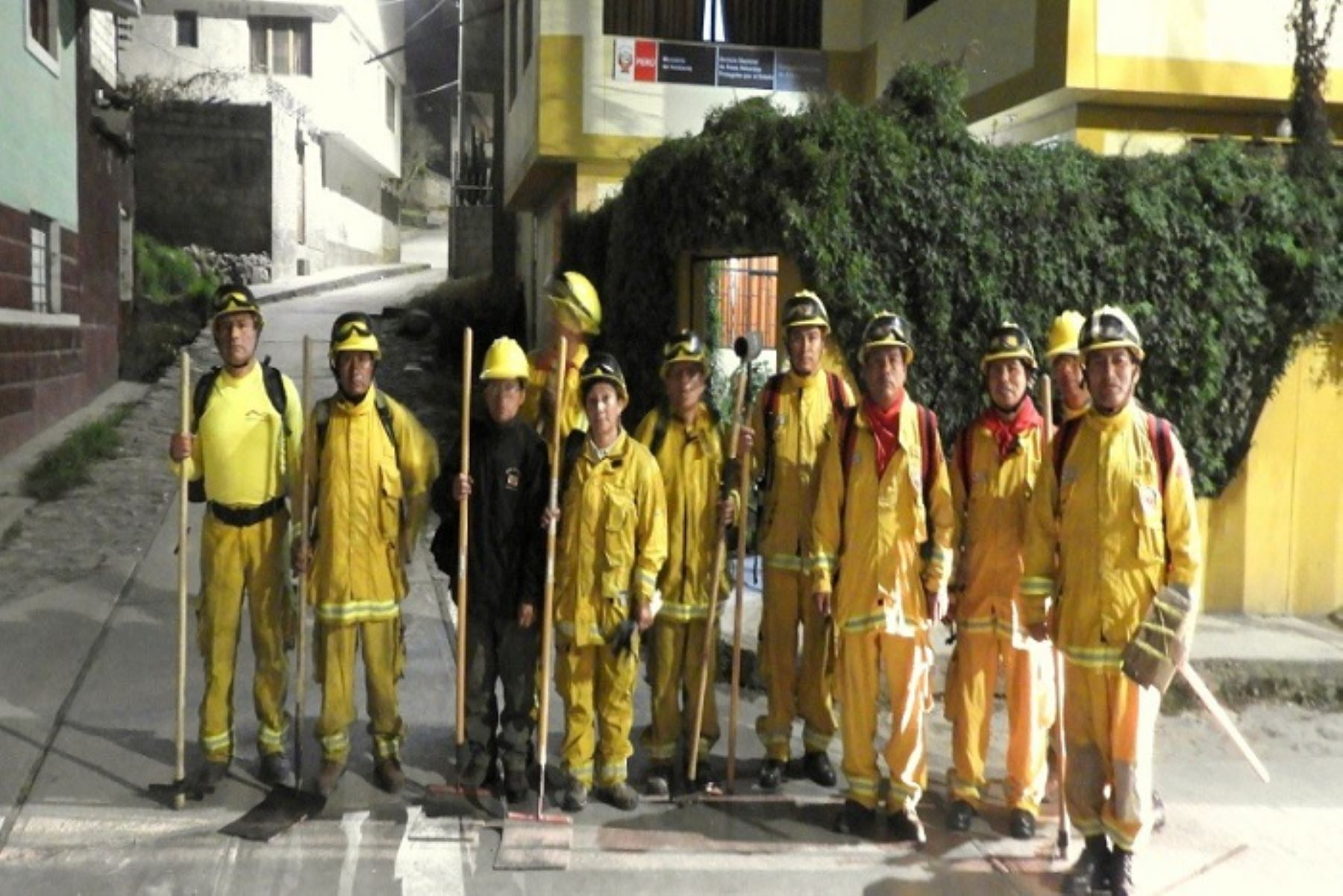 El Servicio Nacional de Áreas Naturales Protegidas por el Estado (Sernanp) movilizó a guardaparques bomberos forestales del Cusco para controlar y liquidar el incendio que persiste en el Santuario Nacional de Ampay, distrito de Tamburco, provincia de Abancay, región Apurímac.