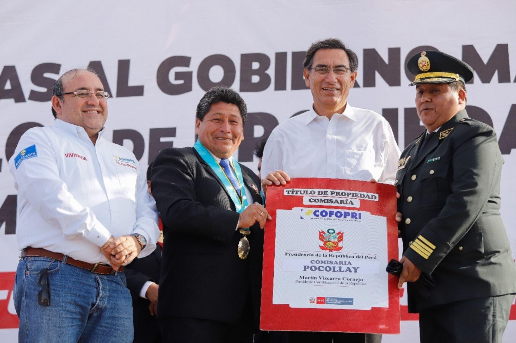 Presidente Martín Vizcarra y director ejecutivo de Cofopri, César Figueredo entregan títulos de propiedad en Tacna. Foto: Cortesía.